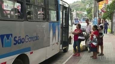 Em São Gonçalo todos os ônibus municipais são sem ar condicionado - Passageiros contam que passam rotina de muito calor e sufoco nos ônibus da cidade. Prefeitura diz que está reavaliando contratos com as empresas e que vai negociar a entrada em circulação de ônibus com ar.