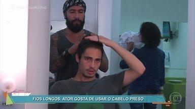 Danilo Mesquita mostra o segredo do cabelo estiloso de Nicolau - Nicolau passou a usar um visual mais elaborado depois que a banda 4.4 estourou nas paradas de sucesso em 'Rock Story'