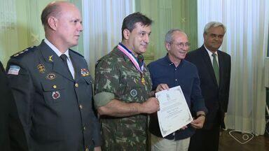 Hartung dá comenda a general que comandou Forças Militares no ES - Comenda Jerônimo Monteiro é maior honraria concedida pelo Executivo.Homenagem aconteceu após um período desafiador, disse governador.
