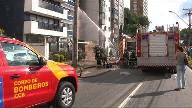 Os curiosos devem manter distância, orientam os bombeiros - Durante o trabalho dos bombeiros em um incêndio no Batel em Curitiba, uma mangueira e uma saída de água do caminhão apresentaram problemas e assustaram as pessoas que estava bem próximas ao prédio.