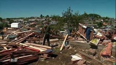 Moradores tentam reerguer casas destruídas por tempestade no RS - A prefeitura de São Francisco de Paula acredita que vai levar seis meses para reconstruir o que a tempestade destruiu no último fim de semana. Os 1,6 mil moradores afetados pelo temporal trabalham para reerguer as casas destruídas.