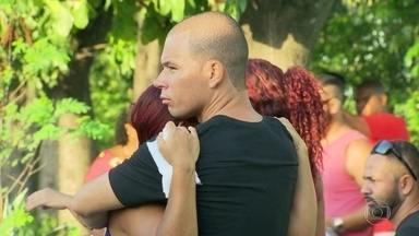 Enterradas as quatro pessoas assassinadas em São Gonçalo no domingo (12) - A Delegacia de Homicídios está buscando informações sobre os bandidos. As vítimas estavam numa festa de aniversário de uma criança de um 1 ano.