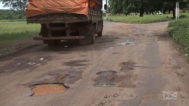 Moradores reclamam de falta de infraestrutura em rua em Caxias - Rua Itapeçuru está tomada de buracos e está impedindo as pessoas de andar bicicleta e até a pé.