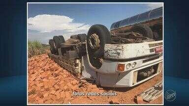 Motorista morre após caminhão carregado com tijolos tombar em Itapira - Acidente aconteceu na estrada que liga a cidade à Mogi Guaçu. O motorista morreu no local, pressionado pelo peso do veículo. Dois passageiros foram socorridos com ferimentos leves.