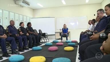 Mindfulness: técnica reduz estresse de policiais - Policiais militares e guardas civis participam do projeto para reduzir o estresse e viver de forma mais plena