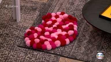 Aprenda a fazer um tapete de pompom para decorar a sua casa - Kim Carvalho mostra o passo a passo para deixar a sua casa na moda e muito colorida
