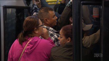 Greve de ônibus completa uma semana e passageiros continuam com problemas - Além da falta de ônibus, os passageiros têm que lidar com os atrasos e com ônibus lotados durante a greve de cobradores e motoristas.