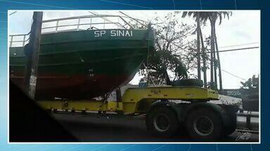 Homem transporta barco pelas ruas de Fortaleza derruba postes - AMC alerta para os riscos de condução de objetos gigantes.