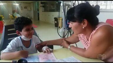Menino de 7 anos que tem leucemia luta por um transplante de medula, em Goiânia - Thallysson Rodrigues está internado no Hospital Araújo Jorge.