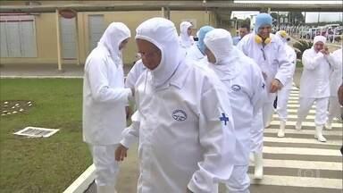Ministro da Agricultura acompanha fiscalização em frigorífico no Paraná - A comitiva contou com quase 50 pessoas, que foram para o município de Lapa, onde fica uma fábrica da Seara, que pertence ao grupo JBS. O ministro acompanhou o trabalho de fiscais, em uma unidade que produz carnes e produtos de aves.