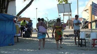 Reabertura das barracas da Praia do Francês é adiada para quarta-feira (22) - Banhistas que visitaram a praia tiveram que se contentar com ambulantes que passavam pelo local.