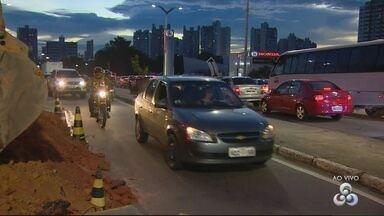 Buraco na Av. Efigênio Salles causa transtornos no trânsito em Manaus - Obras de drenagem foram realizadas no local.