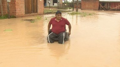 Chuvas deixam ruas do Marabaixo 4, em Macapá, alagadas e intrefegáveis - Dificuldades obrigam moradores a enfrentar a água. Prefeitura diz que área foi escavada anteriormente e trabalho de escoamento não é possível.