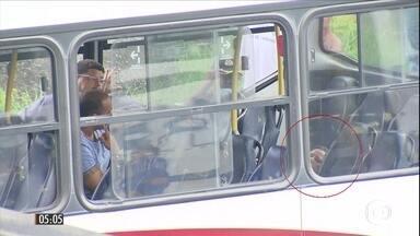 Câmeras de segurança mostram detalhes de assalto a ônibus no RJ - O ladrão manteve a arma apontada na cabeça de uma das 30 vítimas feitas reféns dentro veículo.