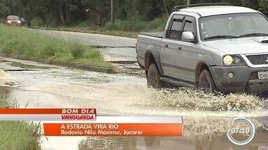 Motoristas reclamam de alagamentos na Rodovia Nilo Máximo - Rodovia liga Jacareí a Santa Branca.