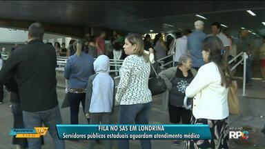 Servidores públicos enfrentam filas para marcar consultas em Londrina - As primeiras pessoas chegaram nas filas às 5h.