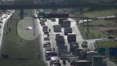 Motorista atravessa canteiro central da Rodovia Dom Pedro após perder controle; vídeo - Após perder o controle, o motorista desviou do guard rail, aguardou uma brecha no trânsito e atravessou três faixas da rodovia até o acostamento.