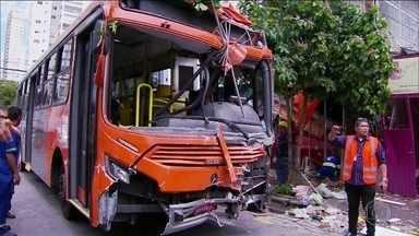 Senhor de 68 anos morre após ser atropelado por ônibus na calçada - Testemunhas disseram que o motorista do ônibus não respeitou o semáforo vermelho. Pelo menos cinco acidentes e dois atropelamentos foram registrados na manhã quinta-feira (23).