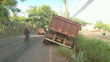 Caminhão tomba após ficar preso em valeta em avenida de Ribeirão Preto, SP - Suspeita é que motorista não tenha tido visão por conta do mato alto.