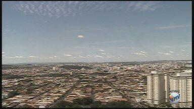 Confira a previsão do tempo para esta quinta-feira (23) na região de Ribeirão Preto - Dia segue ensolarado, com poucas nuvens no céu. Termômetros registram máxima de 33°C.