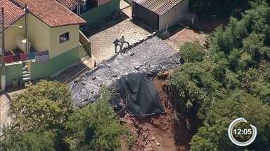 Chuva da janeiro causou prejuízo em Santa Branca - Casas ficam às margens do barranco.