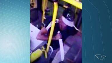 Homem usa facão para assaltar ônibus na Serra; veja vídeo - Caso aconteceu no último dia 10 de março, no Transcol da linha 806.
