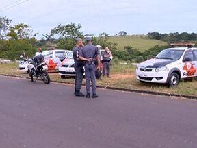 Homem é baleado no Jardim Humberto Salvador - De acordo com a PM, autor invadiu a casa da vítima.