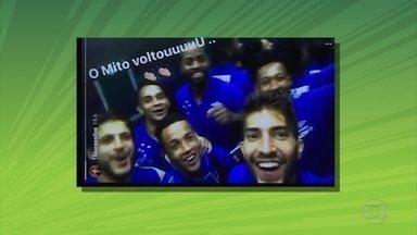 Emoção e homenagem marcam volta de Dedé aos gramados - Zagueiro se emociona ao agradecer homenagem de jogadores do Cruzeiro