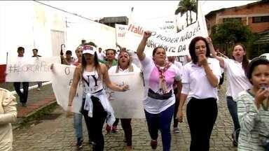Funcionários de frigoríficos fechados pela Carne Fraca protestam em SC e PR - Dezenas de funcionários da Peccin Agroindustrial, de Jaraguá do Sul (SC), fizeram um protesto pedindo o retorno das atividades. Funcionários da Peccin em Curitiba também protestaram.