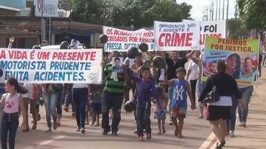Familiares de vítima de acidente no trânsito protestam no AM - Manifestação foi em frente ao fórum da cidade para pedir Justiça.