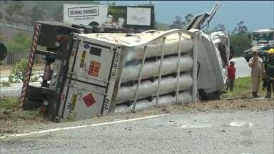 Uma pessoa morre em acidente na BR-230 no Riachão do Bacamarte, PB - A rodovia ficou interditada nos dois sentidos durante várias horas.