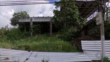 Obra abandonada há quatro anos vira risco para moradores - Obra abandonada há quatro anos vira risco para moradores.
