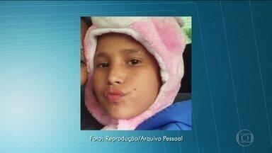 Justiça autoriza exumação do corpo do menino que morreu em confusão na porta de lanchonete - O laudo oficial apontou que o garoto de 13 anos teve parada cardiorrespiratória depois de usar lança-perfume.
