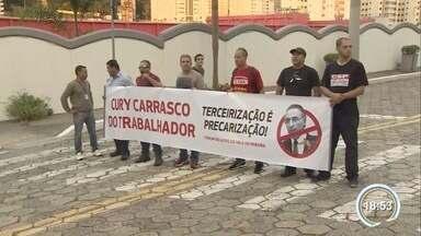 Sindicato fez protesto contra voto do deputado Eduardo Cury sobre terceirização - Eles fizeram protesto em frente à casa do parlamentar.