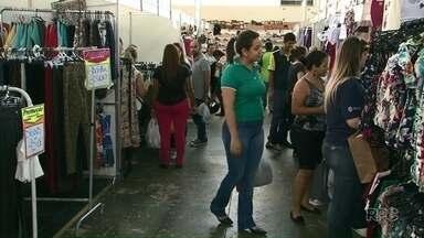 Feira de vestuário promete descontos de até 50% em Cianorte - A tradicional Feira Ponta de Estoque começou nesta quinta-feira, 23, e vai até sábado, 25.
