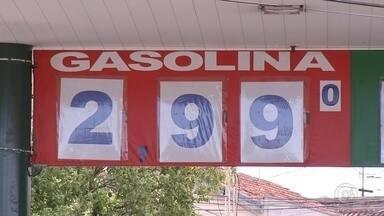 Queda no preço de combustíveis surpreende motoristas em Bauru - Consumidores de Bauru foram surpreendidos com uma queda no preço da gasolina que há dois anos não se via na cidade. A explicação está na concorrência entre os postos.