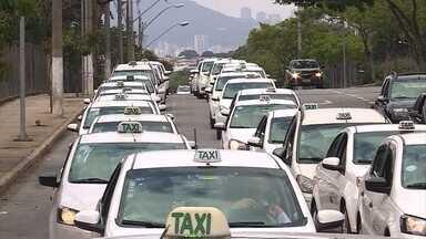 Taxistas protestam em BH contra serviços de transportes oferecidos por aplicativos - Eles se concentraram na Pampulha e se deslocaram até o Centro.