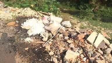 Moradores do bairro Piratininga reclamam da sujeira do Córrego Capão - Eles alegam que o lixo às margens do córrego trazem mau cheiro e mosquitos da dengue.