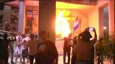 Congresso é invadido e incendiado no Paraguai em protesto - Manifestantes são contra a aprovação da emenda que permite reeleição do presidente. Votação da emenda seria neste sábado (1), mas foi cancelada.