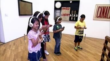 Museu high-tech: crianças falam com obras de arte na Pinacoteca de SP - Todas as perguntas feitas a respeito dos quadros e das esculturas do museu paulista têm resposta, graças a tecnologia chamada computação cognitiva.