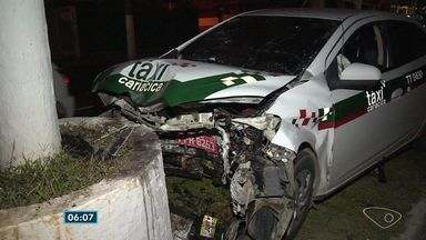 Taxista fica ferido ao bater em poste na Beira Mar, em Vitória - Acidente aconteceu por volta das 19 h deste domingo (2).Testemunhas disseram que motorista jogou o carro no canteiro para não atingir um motociclista.