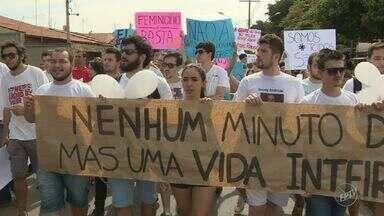 Alunos da Unicamp e pais da estudante assassinada em Limeira protestam por segurança - Cerca de 2 mil pessoas participaram da caminhada, que durou cerca de duas horas e terminou na Prefeitura da cidade.