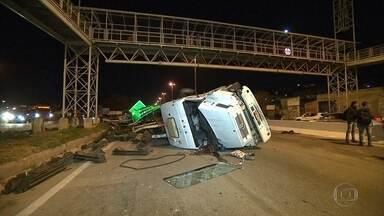 Motorista fica ferido em tombamento de carreta no Anel Rodoviário de BH - A carreta bateu em um carro, depois atingiu o radar fixo, capotou e ainda derrubou uma placa de sinalização.