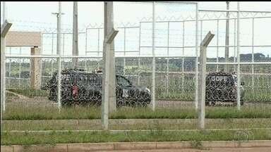 Mais presos são transferidos de Anápolis para presídio de Aparecida de Goiânia - Eles haviam sido levados para o interior após um confronto que deixou 5 mortos no CPP.