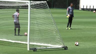 """Robinho """"vira"""" treinador de goleiros e tem bom aproveitamento nas finalizações - Robinho """"vira"""" treinador de goleiros e tem bom aproveitamento nas finalizações"""