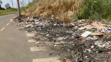 Descarte irregular de lixo interdita pista e forma lixão em Americana - Veículos precisam circular em sentidos irregulares para desviar do lixo acumulado no Jardim dos Lírios.