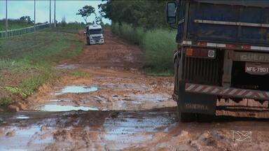 Trecho de rodovia no Maranhão sofre por falta de infraestrutura - Caminhoneiros reclamam da perda de tempo e dos prejuízos com os buracos e a lama.