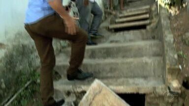 Escadaria na Grota do Antares continua danificada - Problema tem causado transtornos aos moradores local.