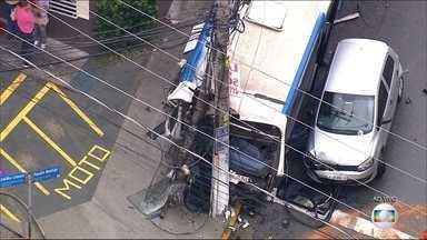 Acidente com 7 carros e 1 ônibus em SP deixa 9 feridos - O acidente foi na Zona Norte da capital paulista. Um poste chegou a ser arrastado pelo ônibus. Por conta da chuva, as pistas da região estão molhadas. As vítimas tiveram ferimentos leves.
