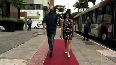 Bem Estar dá dicas de como andar de salto nas ruas de São Paulo - A principal dica para andar melhor de salto é mudar o jeito de carregar a bolsa. A coluna deve estar ereta, os braços ficam perto do corpo e os pés retos.